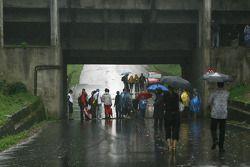 Une route sous le circuit touchée par la forte pluie