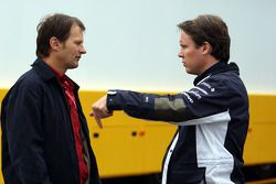 Michael Schmidt (AMS) en discussion avec Sam Michael, WilliamsF1 Team