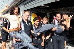 Candice Michelle et Kelly Kelly, WWE Wrestling avec les membres de l'équipe Red Bull Racing
