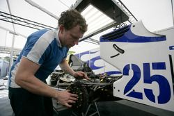 Un mécanicien David Price Racing au travail sur la voiture de Diego Nunes