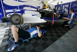 Les mécaniciens David Price Racing au travail sur la voiture de Diego Nunes