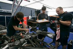 Les mécaniciens Trident Racing au travail sur la voiture de Mike Conway