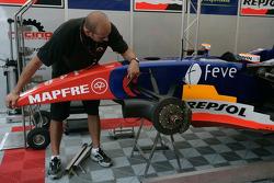 Механик команды Racing Engineering готовит машину Джорджио Пантано к первой практике