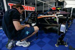 Un mécanicien Trident Racing au travail
