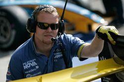 Un mécanicien Super Nova Racing