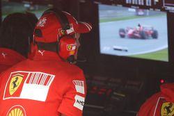 Michael Schumacher observe Felipe Massa sur l'écran TV