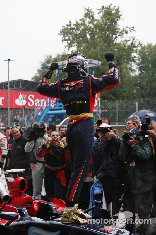 Ganador de la pole Sebastian Vettel celebra