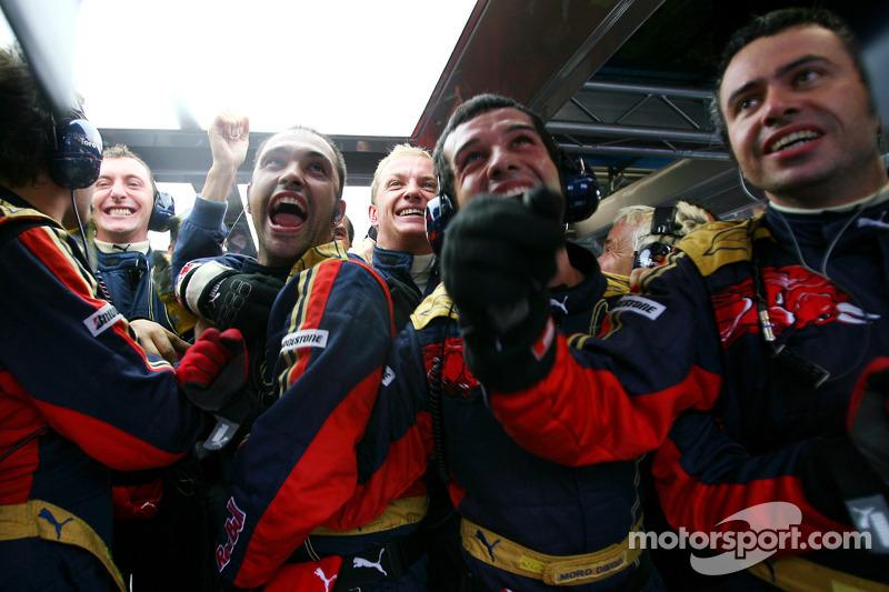 Mecánicos de Scuderia Toro Rosso celebran la pole position de Sebastian Vettel