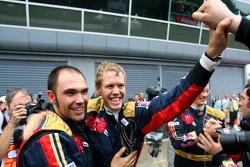 Polesitter en winnaar Sebastian Vettel viert feest