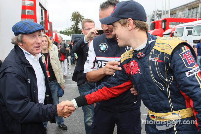 Ganador de la pole position Sebastian Vettel celebra con Sir Jackie Stewart