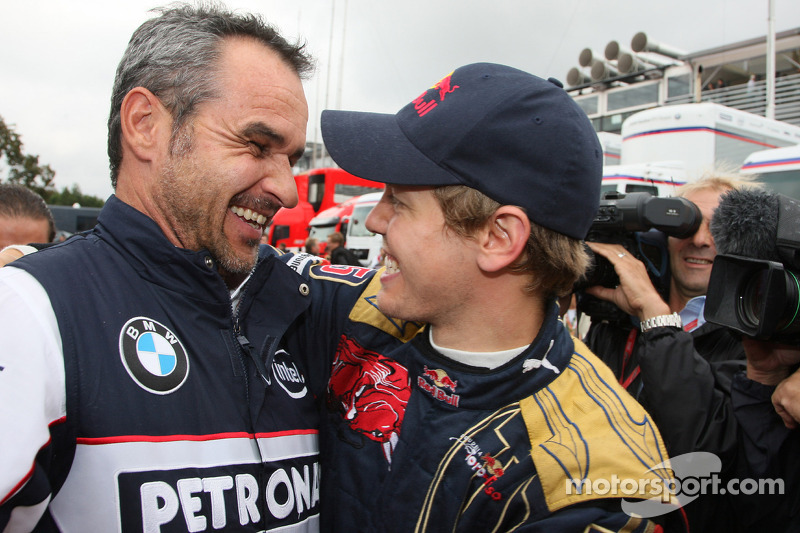 Ganador de la pole position Sebastian Vettel celebra con Beat Zehnder