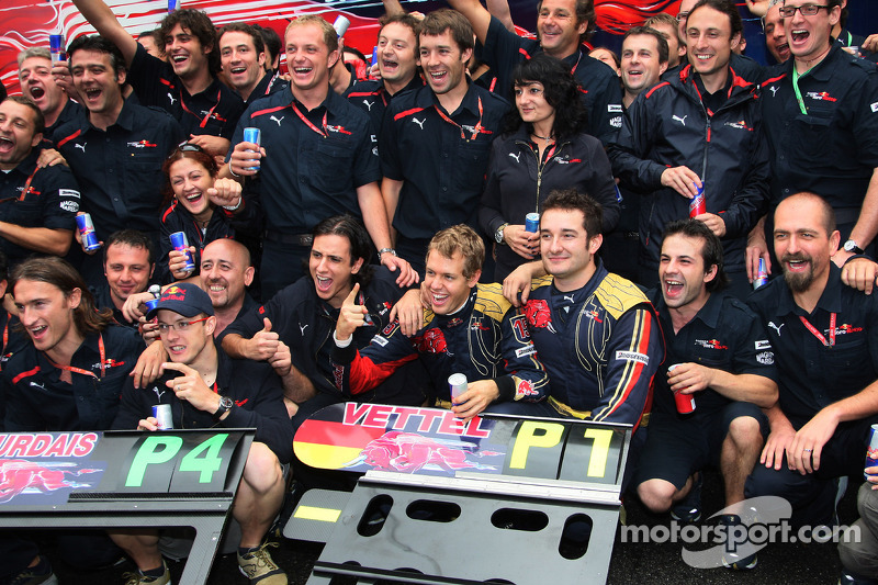 El día siguiente, también en el GP de Italia 2008, Sebastian Vettel dio a Toro Rosso su primera (y única) victoria en Fórmula 1, en Monza.