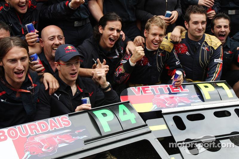 Ganador de la pole position Sebastian Vettel celebra con Sébastien Bourdais y el equipo