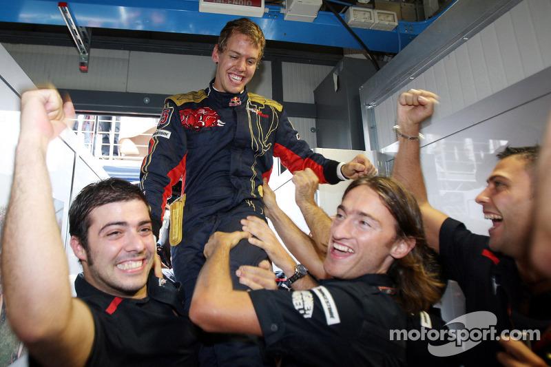 Ganador de la pole position Sebastian Vettel celebra