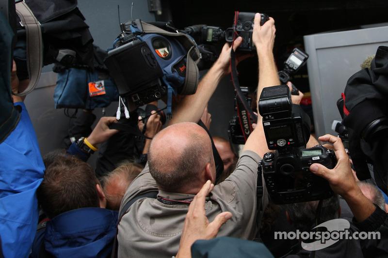 Fotógrafos y camarógrafos luchan por la imagen del ganador de la pole Sebastian Vettel celebrando