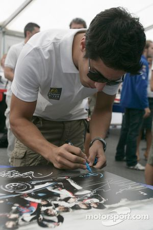Les pilotes F1 et GP2 s'unissent pour la solidarité: Luca di Grassi