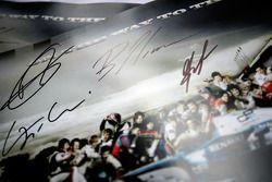 Poster GP2 avec les signatures de Romain Grosjean, Giorgio Pantano, Bruno Senna et de Lucas di Grassi