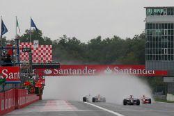 Старт: впереди Себастьян Феттель, Scuderia Toro Rosso, STR03, и Хейкки Ковалайнен, McLaren Mercedes, MP4-23