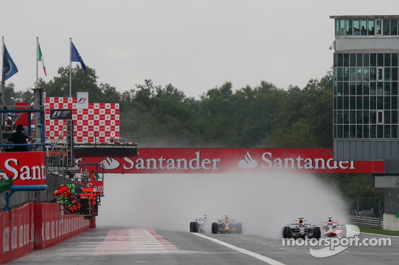 La salida con Sebastian Vettel, Scuderia Toro Rosso, STR03 y Heikki Kovalainen, McLaren Mercedes, MP4-2 liderando