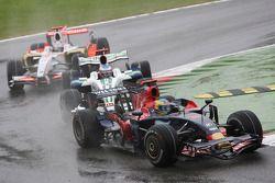 Sébastien Bourdais, Scuderia Toro Rosso devant Jenson Button, Honda Racing F1 Team