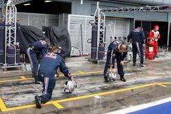 Les membres de Red Bull Racing sèchent leurs stands