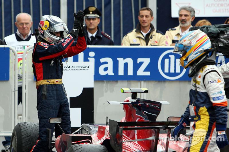 Ganador de la carrera Sebastian Vettel celebra con Fernando Alonso