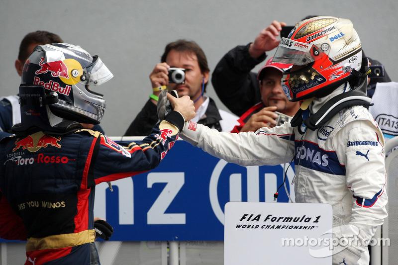 Ganador de la carrera Sebastian Vettel celebra con Robert Kubica