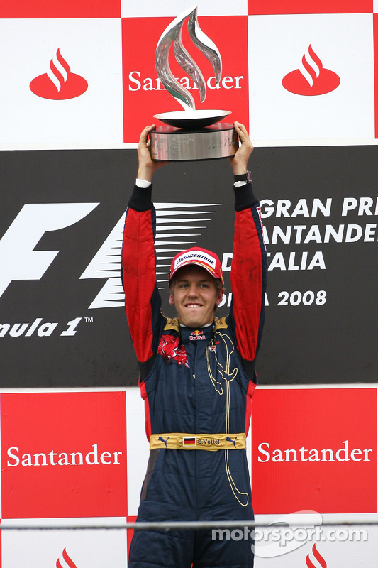 Vettel mit seinem 1. Formel-1-Siegerpokal