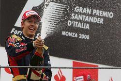 Podium: Sieger Sebastian Vettel feiert mit Champagner