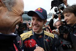 Ganador de la carrera Sebastian Vettel celebra con Peter Sauber