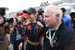 Sebastian Vettel célèbre sa victoire avec son père, Norbert