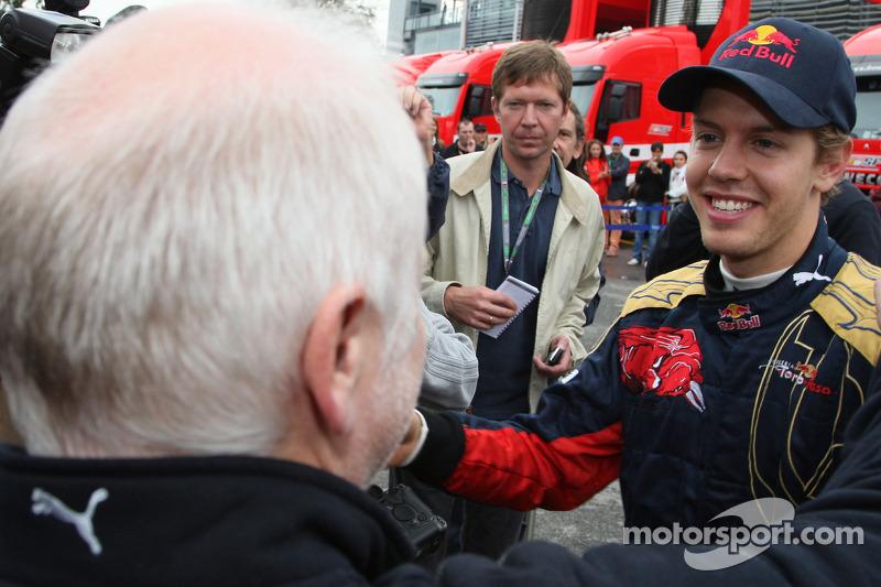 Ganador de la carrera Sebastian Vettel celebra con su padre Norbert Vettel