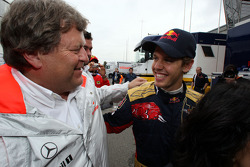 Sebastian Vettel célèbre sa victoire avec Norbert Haug