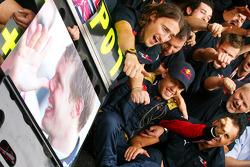Sebastian Vettel célèbre sa victoire avec les membres de la Scuderia Toro Rosso