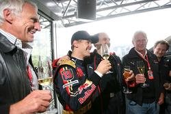 Le vainqueur Sebastian Vettel célèbre sa victoire avec Franz Tost, Scuderia Toro Rosso et Dietrich Mateschitz, propriétaire de Red Bull