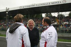 Colin Kolles, Force India F1 Team et Michael Mol, Force India F1 Team avec Sir Richard Branson, Président de Virgin Group