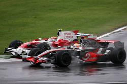 Timo Glock, Toyota F1 Team et Lewis Hamilton, McLaren Mercedes