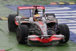 Lewis Hamilton, McLaren Mercedes, coupe la chicane