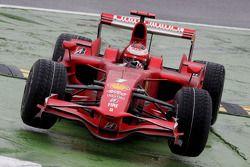 Kimi Raikkonen, Scuderia Ferrari, coupe la chicane