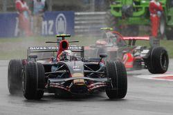 Sebastian Vettel, Scuderia Toro Rosso, et Heikki Kovalainen, McLaren Mercedes