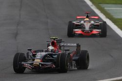 Sebastian Vettel, Scuderia Toro Rosso devant Lewis Hamilton, McLaren Mercedes
