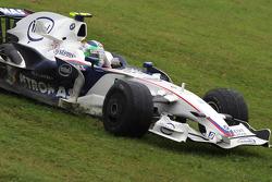 Robert Kubica, BMW Sauber F1 Team, dans l'herbe