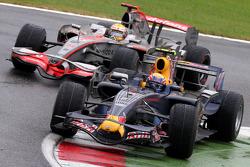 Mark Webber, Red Bull Racing, et Lewis Hamilton, McLaren Mercedes