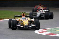 Nelson A. Piquet, Renault F1 Team, R28 devant Kazuki Nakajima, Williams F1 Team, FW30