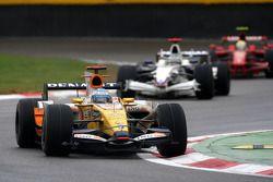 Fernando Alonso, Renault F1 Team, R28 devant Nick Heidfeld, BMW Sauber F1 Team, F1.08