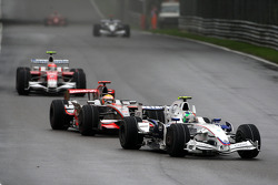 Robert Kubica, BMW Sauber F1 Team, F1.08 devant Lewis Hamilton, McLaren Mercedes, MP4-23