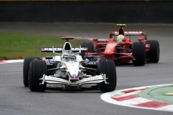 Nick Heidfeld, BMW Sauber F1 Team, F1.08 devant Felipe Massa, Scuderia Ferrari, F2008