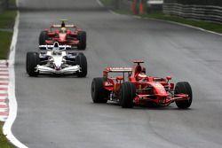 Kimi Raikkonen, Scuderia Ferrari, F2008 devant Nick Heidfeld, BMW Sauber F1 Team, F1.08