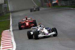 Nick Heidfeld, BMW Sauber F1 Team, F1.08 devant Kimi Raikkonen, Scuderia Ferrari, F2008