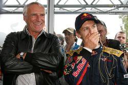 Le vainqueur Sebastian Vettel fête sa victoire avec Dietrich Mateschitz, propriétaire de Red Bull